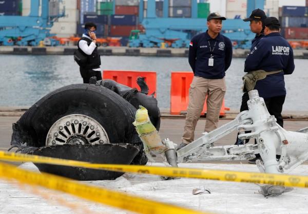 印尼獅子航空一架波音737 MAX上週墜毀海底,造成機場189人全數罹難。搜救人員持續打撈殘骸和遺體,尋找駕駛艙通話記錄器。(路透)