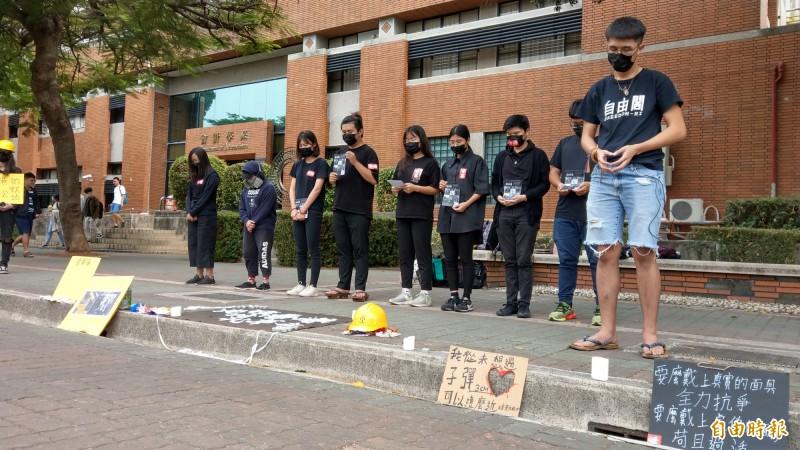 國立成功大學向成大全球校友緊急募款捐助「香港學生緊急紓困助學金」,迄今已募得約500萬元,將全數用於香港學生來台急用。圖為日前一群台灣及香港籍的大學生在成功大學以行動劇快閃撐香港。(資料照)