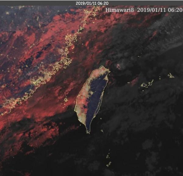 鄭明典表示,紅色部分為水氣,它對於能見度的影響較大。(圖擷取自鄭明典臉書)