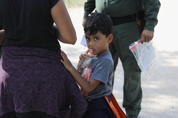 川普政府對無證移民實施「零容忍」政策,使近2000個家庭非法入境美國時被拆散,孩童被迫與父母分開安置,引來各界批評聲浪。(法新社)