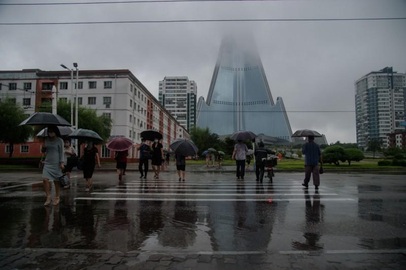 北韓連日強降雨,糧食產區恐遭打擊。圖為平壤人群。(法新社)