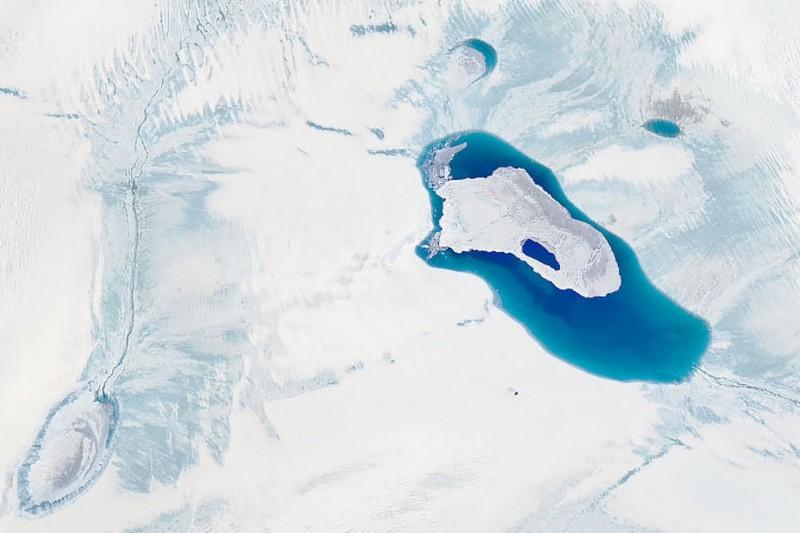 格陵蘭赫爾海姆冰川最前端赫然出現非常罕見的「無冰湖」。(歐新社)