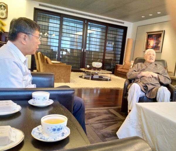 台北市長柯文哲(左)今再度前往翠山莊探視前總統李登輝(右)「拜年」;圖為去年8月柯文哲到翠山莊探訪李登輝。(資料照,讀者提供)