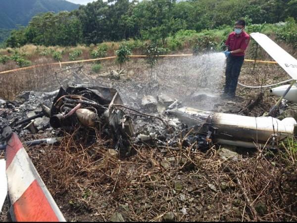 目擊墜機過程的民眾指出,當時抬頭望見直升機以70度角下墜,沒想到之後就冒出煙來,才驚覺出事,便趕緊報案。(花蓮縣消防局提供)