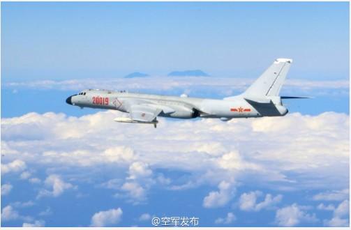 解放軍空軍微博昨晚上傳一張照片,中國網友揣測是共機環台編隊時,拍下的玉山照,目前已遭國防部否認。(圖擷取自中國解放軍空軍微博)