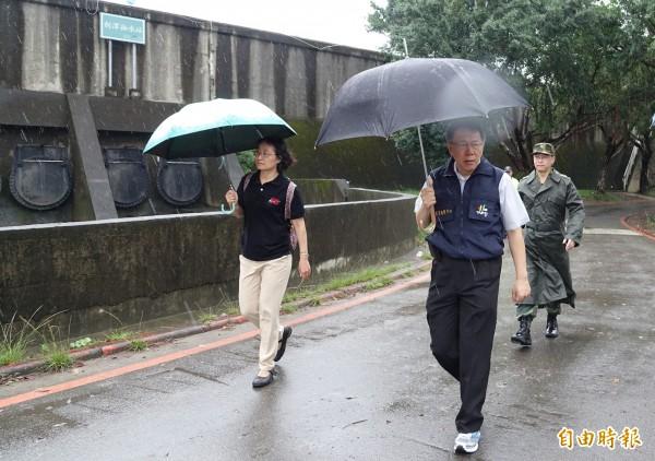 杜鵑颱風來襲,台北市長柯文哲(左二)28日前往視察三腳渡,視察堤外停車場撤離作業。(記者劉信德攝)