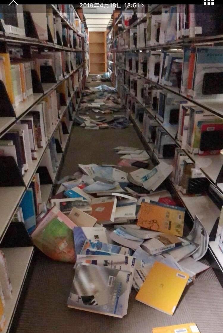 教育部統計至今晚8點,花蓮強震全國共有20校因震災受損。 圖為東華大學圖書館內震後一片零亂。(記者蔡宗憲翻攝)