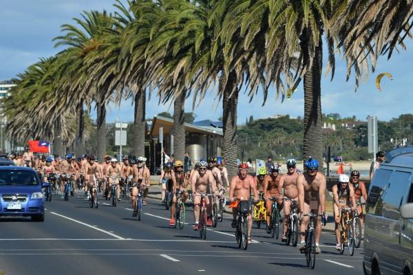 澳洲墨爾本今舉行裸騎自行車活動,在自行車陣中有名單車騎士高舉中華民國的國旗一路前行。(法新社)