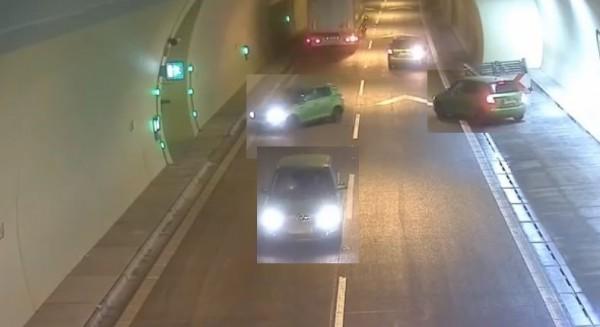 斯洛伐克三宝驾驶人将车逆向开出隧道,险些发生车祸。(图撷取自影片)