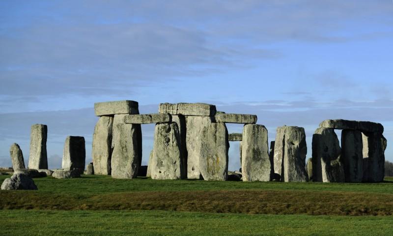 英格蘭南部擁有5000年歷史的新石器時代遺址「巨石陣」,其建造起因和方法至今仍是個不解之謎。(歐新社)