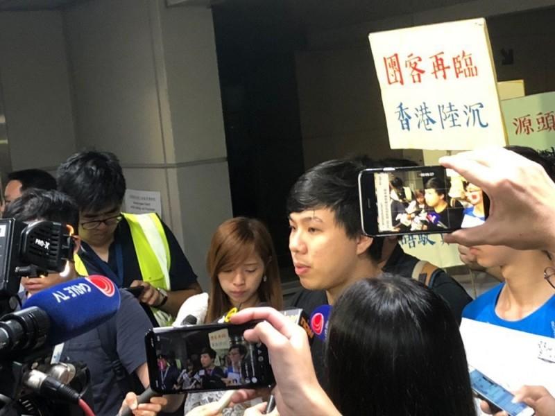 圖為16日晚間上訴成功後,紅土遊行發起人剛步出香港高院。(圖擷取自TG_抗爭前線戰況直擊)