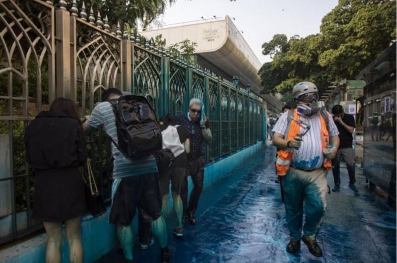 香港警方水炮車向清真寺噴射藍色水,印度協會前主席毛漢褚簡寧也受波及,他接受專訪時表示,商界對香港失去信心,身邊很多富豪都在撤資或移民。(美聯社)