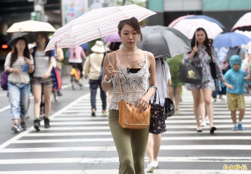 今日中午前後溫度仍可達33至35度,台東大武周遭地區有機會發生焚風,高溫可能達36度以上。(資料照)