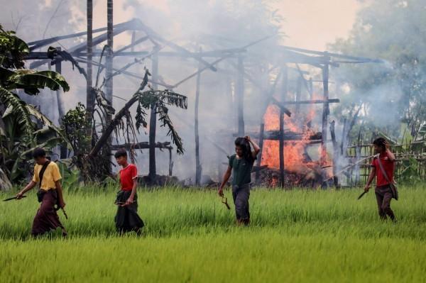 緬甸軍方與若開邦的佛教徒甚至放火焚燒高杜扎拉村的村落,以逼迫他們離開。(法新社)