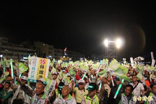 民進黨彰化縣長候選人魏明谷今晚在彰化市舉行造勢晚會,會場6000多張椅子全被坐滿。(記者張聰秋攝)