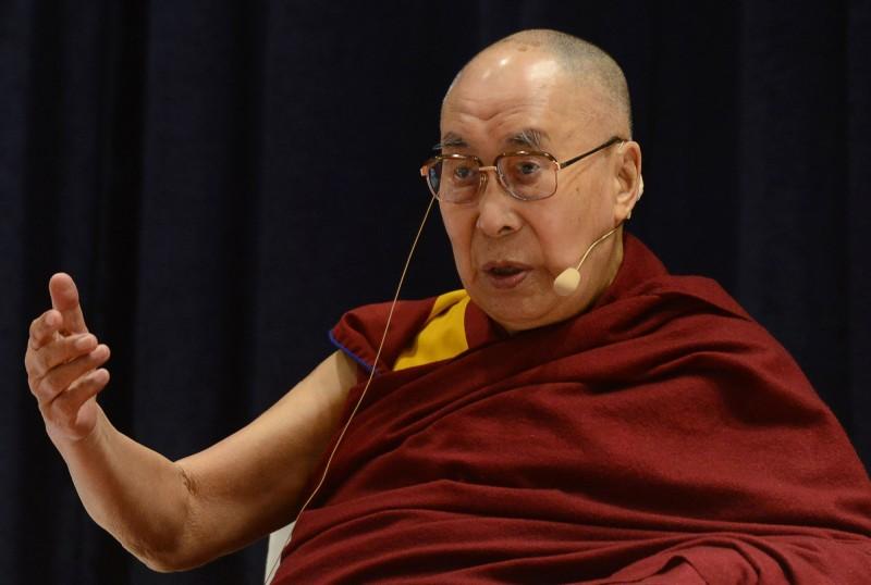 達賴喇嘛日前接受英國廣播公司採訪時,提到女性接班人必須更有魅力,否則「沒有太大用處」,引發爭議。(法新社)
