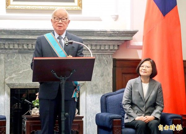 Taiwan Semiconductor Manufacturing Co founder Morris Chang, left, accepts the Order of Propitious Clouds, First Class from President Tsai Ing-wen at the Presidential Office Building in Taipei yesterday.
