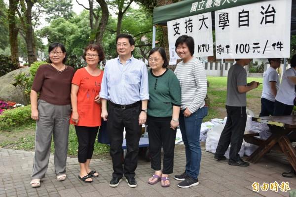 政大教授陳芳明對管中閔案發表評論。圖為台大財金系教授管中閔(左三)跟支持者合影。(資料照)