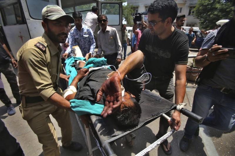 喀什米爾發生超載巴士墜谷事件,受傷民眾陸續被送往醫院治療。(美聯社)