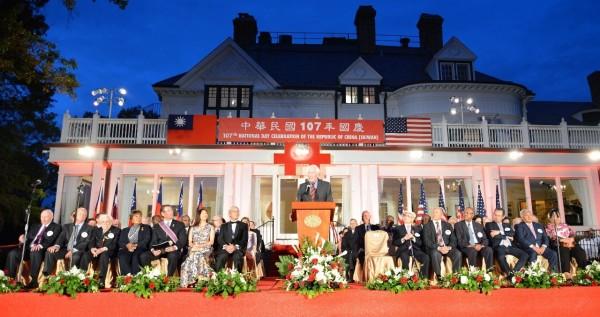 我國駐美大使高碩泰於國慶晚間主持酒會,美國在台協會(AIT)主席莫健(James F. Moriarty)也到場參與。(圖翻攝自駐美台北文化經濟代表處)