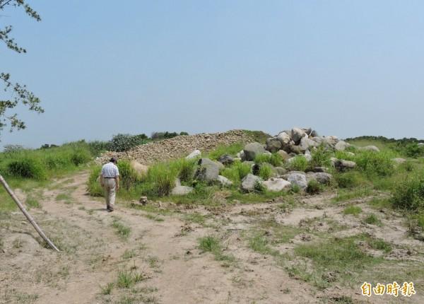 遺址上被堆置大量的石頭。(記者林良哲攝)