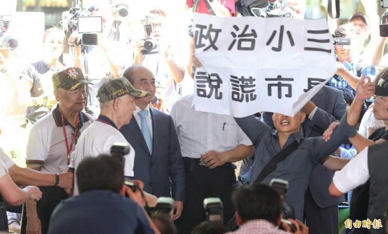 北市823砲戰紀念活動現場太亂,還有民眾站在柯郭王面前舉白布條抗議市長柯文哲。(記者劉信德攝)