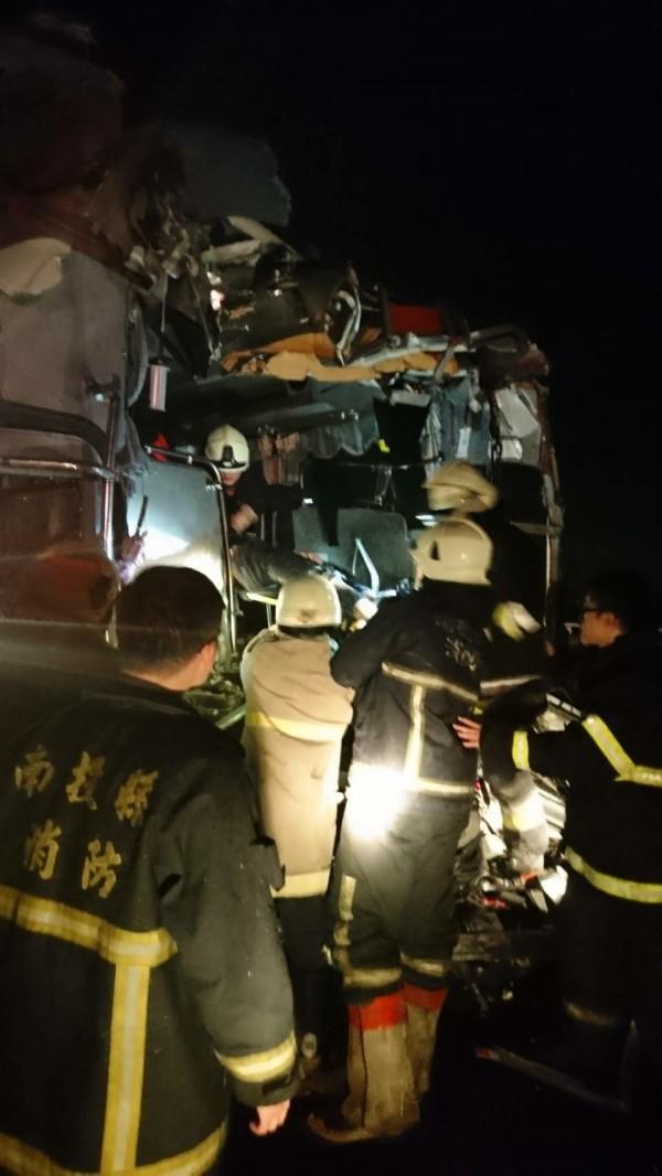 國道3號發生客運追撞貨櫃車事故,警消到場將傷患送醫。(記者劉濱銓翻攝)