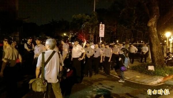 約30名警力集結到教育部濟南路側門,防止學生再次突襲。(記者蔡穎攝)