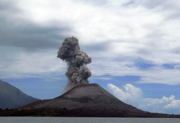 印尼喀拉喀托山(Krakatoa)火山。(圖擷取自網路維基百科)