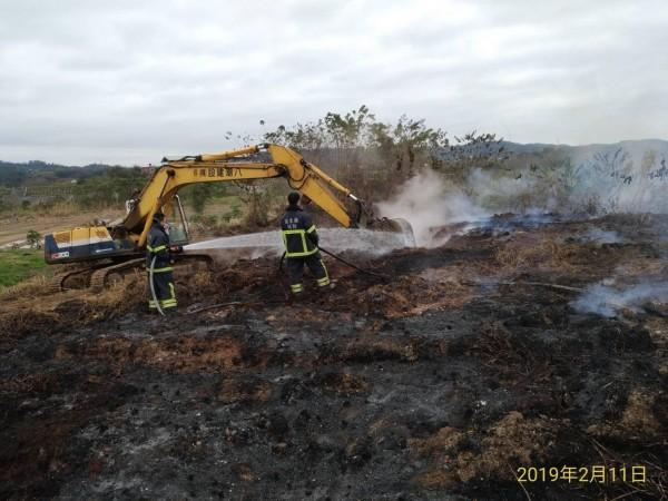 二河局調派怪手挖開土壤,消防隊員再持續灌水,悶燒六天的野火至昨晚才撲滅。(記者鄭名翔翻攝)