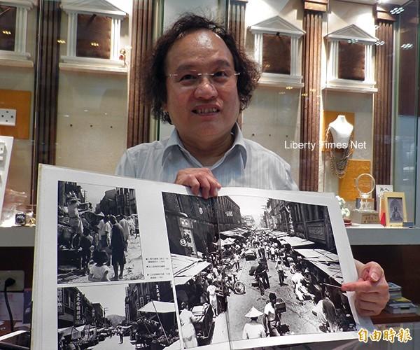 基隆市攝影學會前理事長白明德出示鄭桑溪的港都舊情攝影輯中被外交部台灣美食網登載的照片(記者盧賢秀攝)