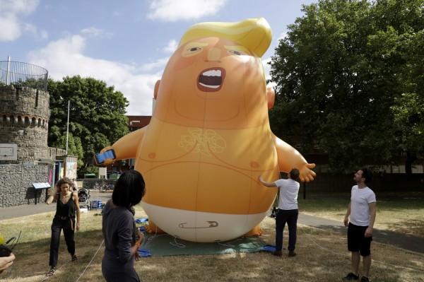 倫敦市長批准6公尺高橘色巨型「川普嬰兒(Trump Baby)」氣球,週五可在英國國會廣場花園上空高掛2小時。(美聯社)
