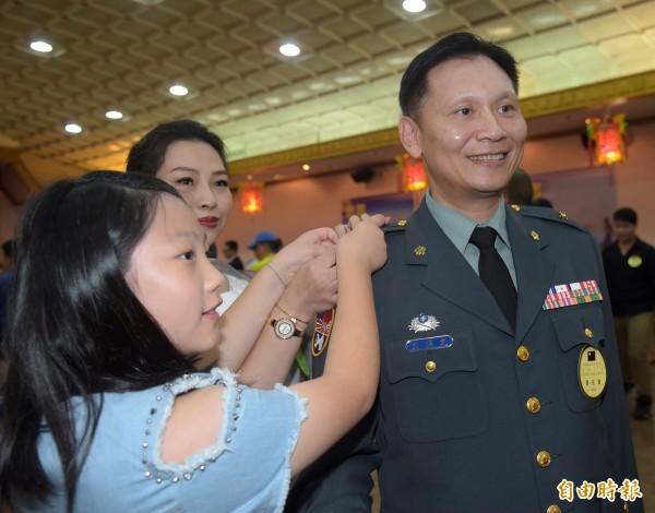 金防部政戰主任史順文晉升陸軍少將,家人同感榮耀。(記者黃耀徵攝)
