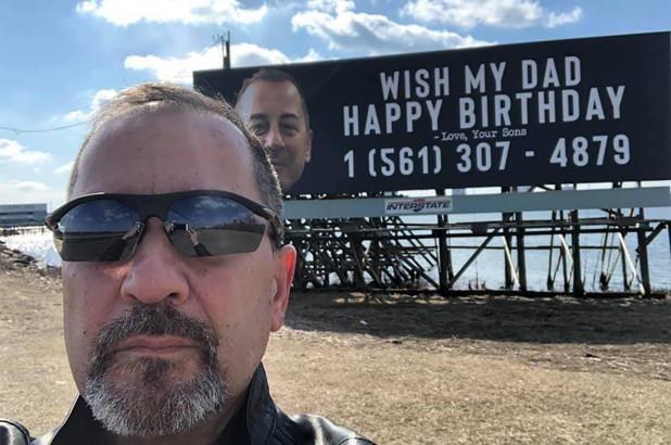 美國一對兄弟包下一面廣告看板,幫老爸打慶生廣告。(圖擷自臉書)