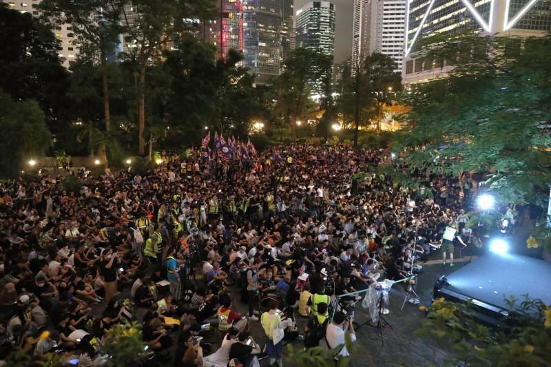 主辦方表示,香港遮打花園聚集約6萬人,場內飄揚數面英屬香港的旗幟。(歐新社)