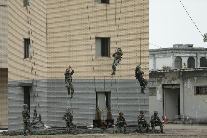 特戰官兵展開戰術繩索攀降。(圖:軍聞社提供)