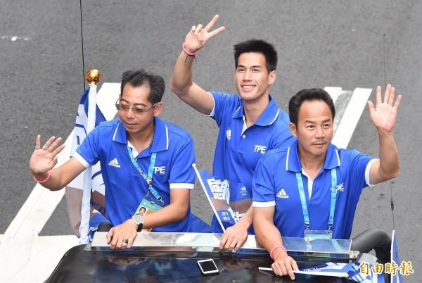 車隊由「台灣最速男」楊俊瀚(中)領頭。(記者劉信德攝)