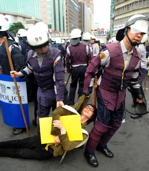 警方上午驅離佔據忠孝東路與中山南路口的反核民眾,不願離開的民眾遭警察拖離現場。(記者王敏為攝)