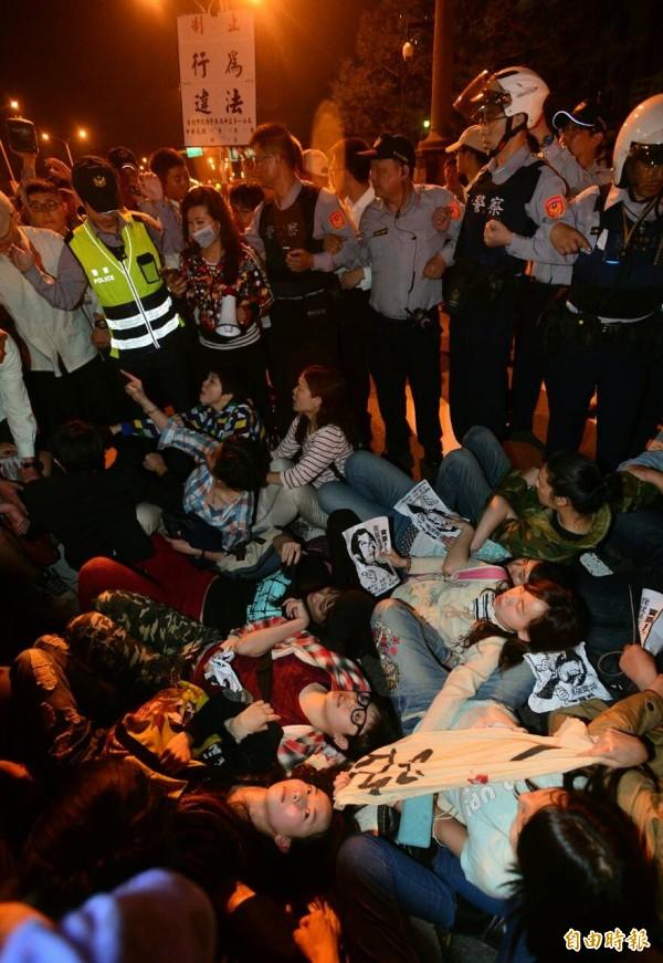 民眾在總統府前與警方對峙。(記者王藝菘攝)