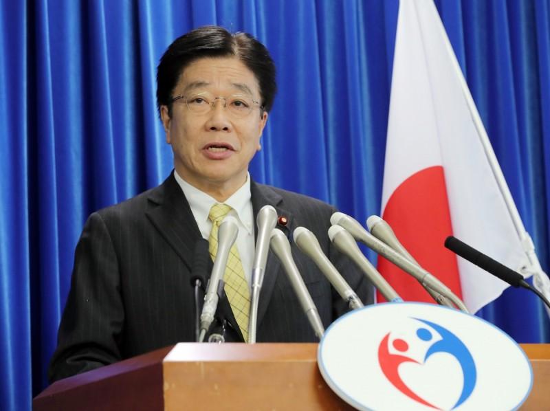 日本厚生勞動省大臣加藤勝信多次出現咳嗽的症狀,卻仍未在公開場合戴上口罩,成了最壞示範,引發熱議。(歐新社)