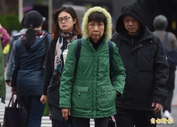 今天持續受到寒流及輻射冷卻影響,天氣依舊寒冷。(資料照,記者簡榮豐攝)