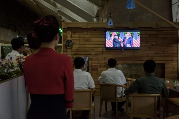 北韓國營中央電視台(KCTV)今天播放峰會畫面的報導,並形容金正恩是受眾人崇敬的「卓越世界領袖」。(法新社)