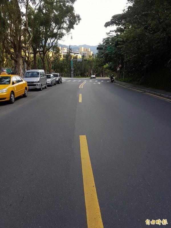 許姓男子行經萬和街時,被左切的員警逼得駛入對向車道閃避。(圖為案發地,記者黃欣柏攝)