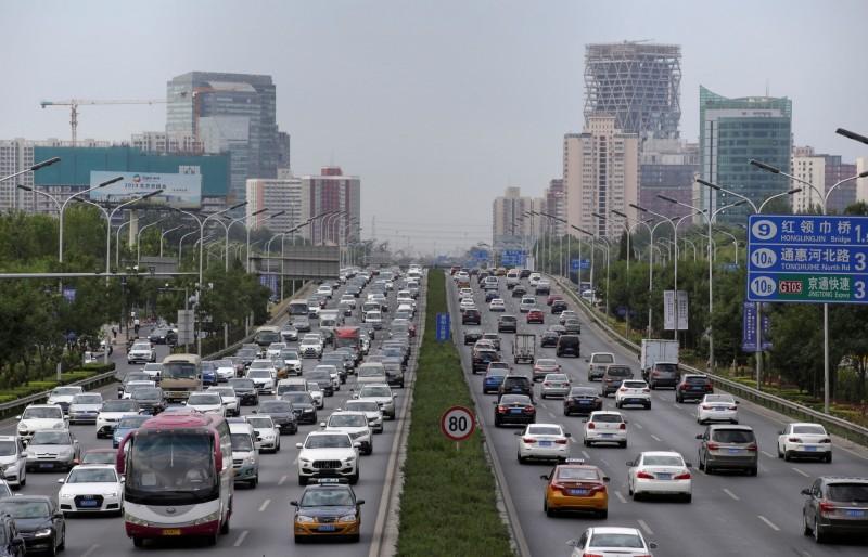 中國首都北京當局為確保10月1日國慶日更安全以及更乾淨,將暫時禁止自助式加油和販售煙火爆竹。(路透)