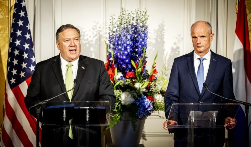 美國務卿龐皮歐(左)今日會晤荷蘭外交部長布洛克(右),談論5G新科技相關的國安威脅。(法新社)
