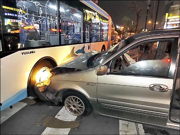 台中BRT快捷巴士前晚發生驚險車禍,遭到一輛休旅車高速撞上車頭,好險BRT女駕駛在昏迷前仍不忘緊踩煞車,才保住車上乘客安全。(記者林良昇翻攝)