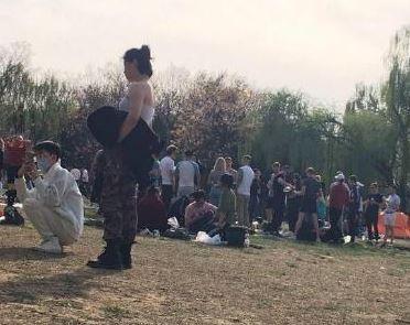 昨(5)日傳出有大批「沒戴口罩」的外國人在北京一處公園野餐,瞬間激起中國網民全網撻伐,要他們「滾出中國」。圖左戴口罩者為中國民眾。(圖擷取自微博)