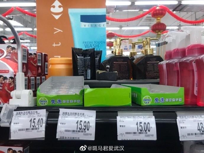 網友指出,武漢藥店超市的N95口罩已斷貨,消毒液及免洗手液也都被搶購一空。(圖擷自微博)