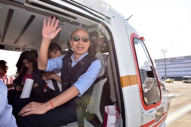 高雄市長韓國瑜昨天率市府團隊搭直升機空中視察愛河流域,被空氣污染嚇了一大跳,環保局長今天立刻夜宿大林蒲。(記者陳文嬋翻攝)