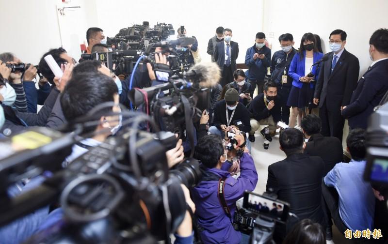 立法院磐石艦專案會議,眾家媒體齊聚,圍著國防部長嚴德發採訪。(記者羅沛德攝)